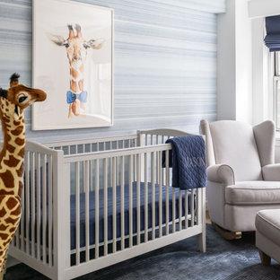 Imagen de habitación de bebé niño tradicional renovada, grande, con paredes blancas