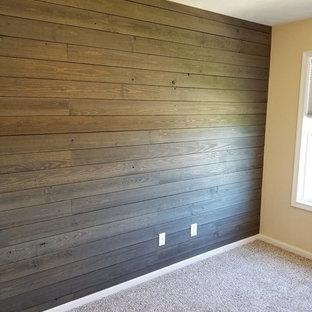 Idéer för att renovera ett mellanstort amerikanskt babyrum, med bruna väggar, heltäckningsmatta och beiget golv
