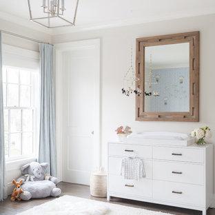 Idée de décoration pour une très grand chambre de bébé garçon tradition avec un mur bleu et un sol en bois foncé.