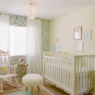 Modelo de habitación de bebé niña clásica renovada, de tamaño medio, con paredes amarillas y moqueta