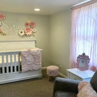 Idées déco pour une chambre de bébé fille classique de taille moyenne avec un mur beige, moquette et un sol beige.