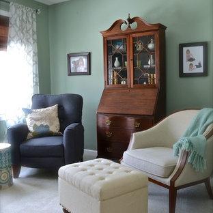 Immagine di una piccola cameretta per neonati neutra chic con pareti verdi e moquette