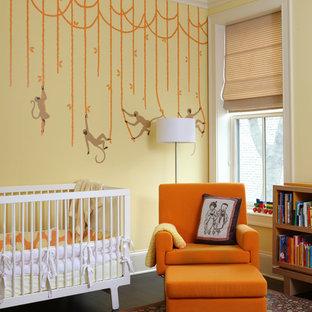 Imagen de habitación de bebé neutra tradicional renovada con paredes multicolor y suelo de madera oscura