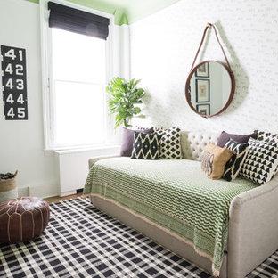Idee per una cameretta per neonato boho chic con pareti verdi e pavimento in legno massello medio