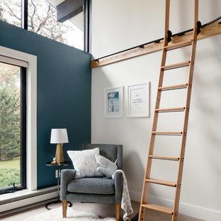 Réalisation d'une grand chambre de bébé garçon vintage avec un mur bleu et moquette.