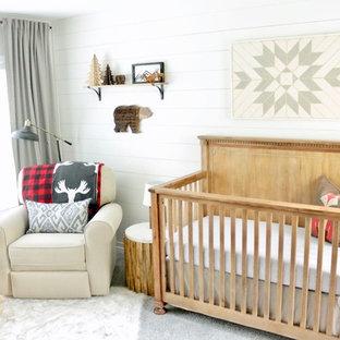 Ispirazione per una cameretta per neonato rustica di medie dimensioni con pareti bianche, moquette e pavimento grigio
