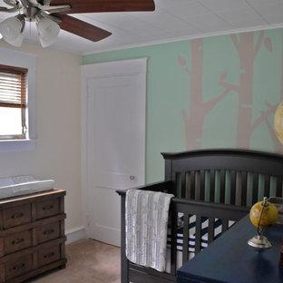 Exempel på ett mellanstort klassiskt babyrum, med gröna väggar och heltäckningsmatta
