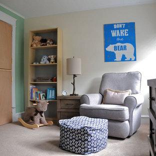 Ispirazione per una cameretta per neonato chic di medie dimensioni con pareti verdi e moquette