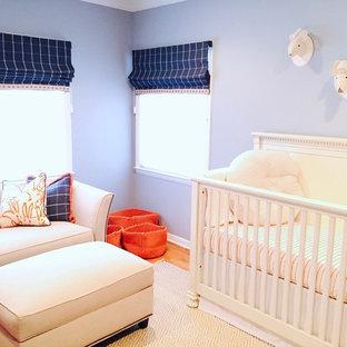 Inspiration pour une chambre de bébé garçon craftsman de taille moyenne avec moquette et un mur bleu.
