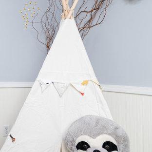 Réalisation d'une chambre de bébé garçon tradition de taille moyenne avec un mur bleu, moquette, un sol beige et boiseries.