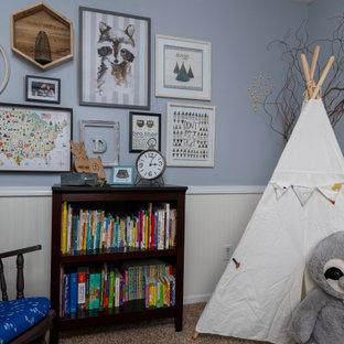 Idées déco pour une chambre de bébé garçon classique de taille moyenne avec un mur bleu, moquette, un sol beige et boiseries.