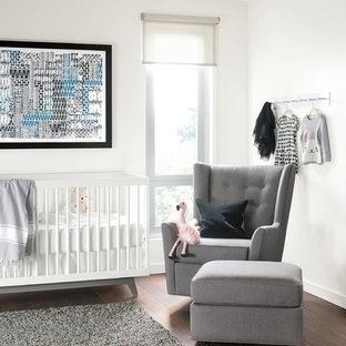Esempio di una cameretta per neonati minimalista