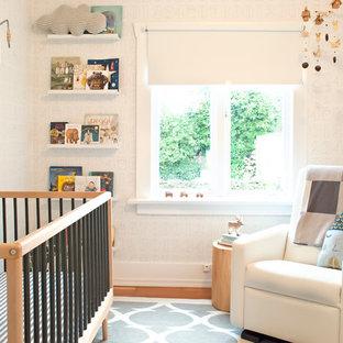 Foto de habitación de bebé neutra clásica renovada, pequeña, con paredes blancas