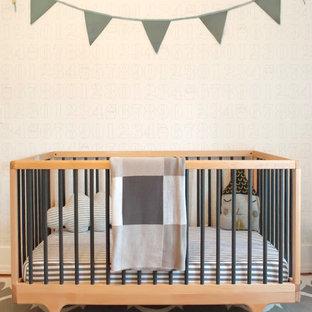 Modelo de habitación de bebé neutra tradicional renovada con suelo multicolor