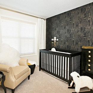 Foto de habitación de bebé neutra clásica renovada con paredes negras y moqueta