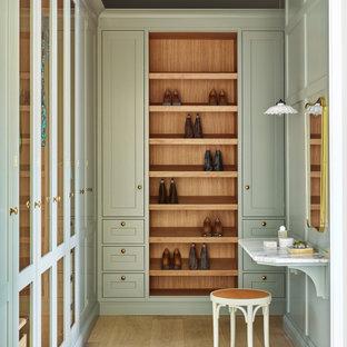 Ispirazione per una cabina armadio unisex classica di medie dimensioni con ante verdi
