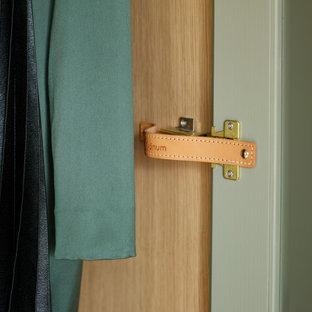 Diseño de armario vestidor unisex, tradicional renovado, de tamaño medio, con puertas de armario verdes