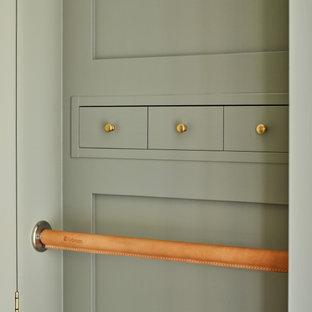 Diseño de armario vestidor unisex, clásico renovado, de tamaño medio, con puertas de armario verdes