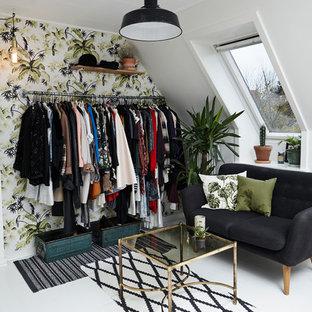 Immagine di un piccolo spazio per vestirsi per donna design con nessun'anta, pavimento in legno verniciato e pavimento bianco