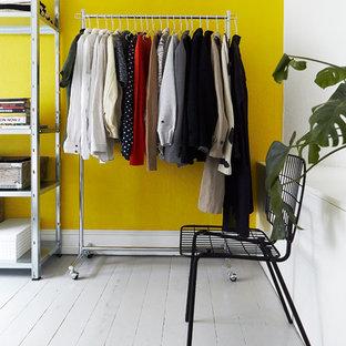 Imagen de armario y vestidor nórdico con suelo de madera pintada y suelo gris