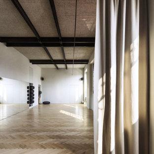 Foto di un grande studio yoga nordico con pareti bianche, parquet chiaro e pavimento beige