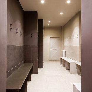 Idee per una grande palestra in casa minimalista con pareti beige, pavimento in gres porcellanato e pavimento beige