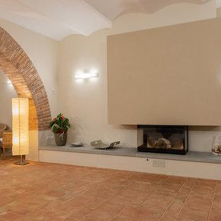 Immagine di una palestra multiuso design di medie dimensioni con pareti beige, pavimento in terracotta e pavimento multicolore
