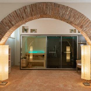 Multifunktionaler, Mittelgroßer Moderner Fitnessraum mit beiger Wandfarbe, Terrakottaboden und buntem Boden in Sonstige