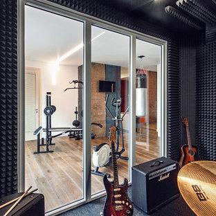 Foto di una sala pesi contemporanea con pareti bianche, pavimento in legno massello medio e pavimento marrone