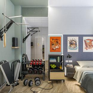 Idee per una piccola palestra multiuso industriale con pareti multicolore, parquet chiaro e soffitto ribassato