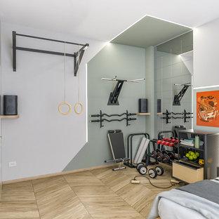 Foto di una piccola palestra multiuso industriale con pareti multicolore, parquet chiaro e soffitto ribassato
