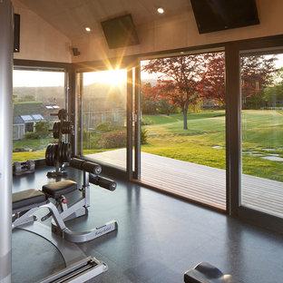 Ispirazione per una sala pesi contemporanea di medie dimensioni con pareti beige, pavimento in linoleum e pavimento grigio