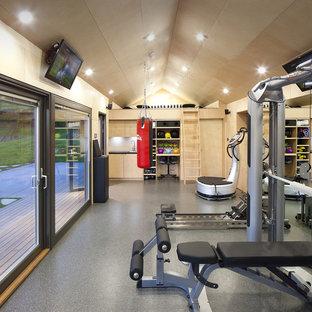 Idee per una sala pesi minimal di medie dimensioni con pareti beige, pavimento in linoleum e pavimento grigio