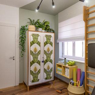 Idee per una palestra multiuso minimal di medie dimensioni con pareti multicolore e parquet scuro