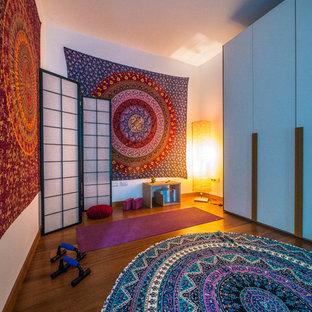 Idee per uno studio yoga boho chic di medie dimensioni con pareti bianche e pavimento in legno massello medio