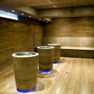 Multifunktionaler, Großer Moderner Fitnessraum mit brauner Wandfarbe, Travertin und gelbem Boden in Florenz