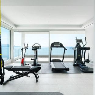 Multifunktionaler, Großer Moderner Fitnessraum mit weißer Wandfarbe, Porzellan-Bodenfliesen und weißem Boden in Mailand