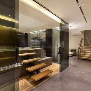 Ispirazione per una grande palestra in casa minimalista con pareti beige, pavimento in gres porcellanato e pavimento marrone
