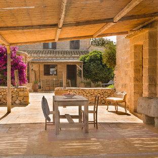 Réalisation d'une terrasse méditerranéenne avec une pergola.