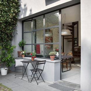 Idee per un patio o portico industriale con pavimentazioni in cemento e nessuna copertura