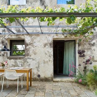Foto de patio campestre, de tamaño medio, con pérgola