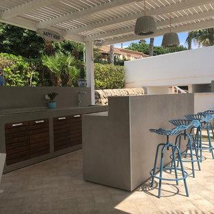 Ispirazione per un patio o portico contemporaneo con una pergola