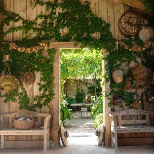 Удачное сочетание для дизайна помещения: огород во дворе среднего размера на внутреннем дворе в стиле кантри - самое интересное для вас
