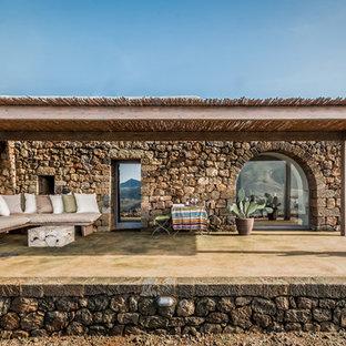Idee per un patio o portico mediterraneo con un giardino in vaso