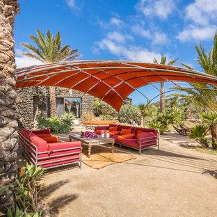 Immagine di un patio o portico mediterraneo con un parasole