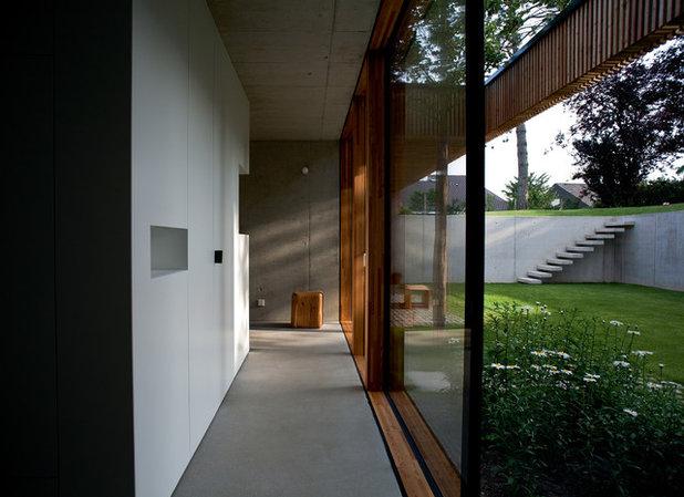 Modern Patio by elanandez