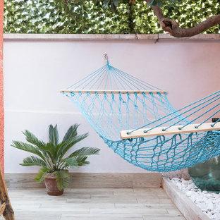 Ispirazione per un patio o portico costiero di medie dimensioni e davanti casa
