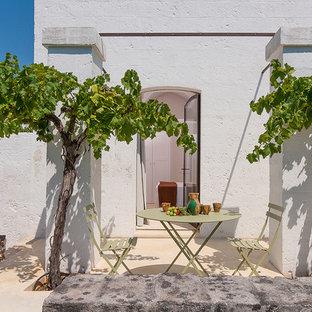 Idee per un piccolo patio o portico mediterraneo nel cortile laterale con nessuna copertura e pavimentazioni in pietra naturale