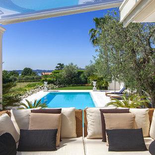 Esempio di un piccolo patio o portico mediterraneo con fontane e una pergola
