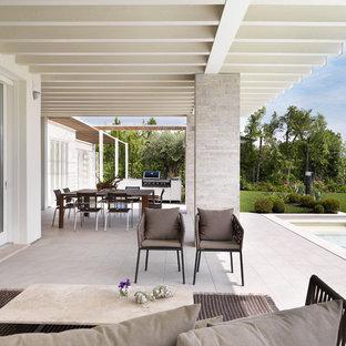 Immagine di un grande patio o portico design dietro casa con una pergola
